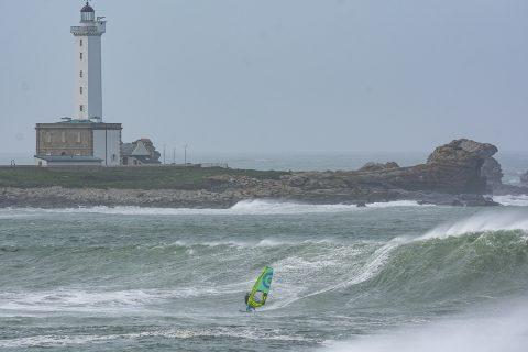 Leon Jamaer riding huge waves in France
